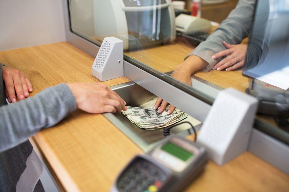 bancos en línea frente a bancos tradicionales que reparten dinero